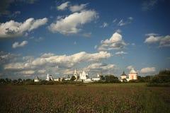 Monasterio en campo del verano Foto de archivo libre de regalías