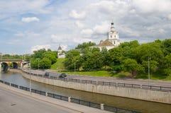 Monasterio en el río imagenes de archivo