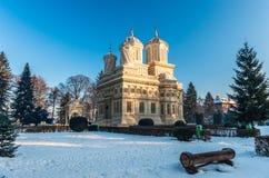 Monasterio en invierno, Rumania de Curtea de Arges Foto de archivo