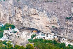 Monasterio en la cueva situada al lado de pequeño pueblo Lugar cultural Decisión inusual de la arquitectura fotos de archivo libres de regalías