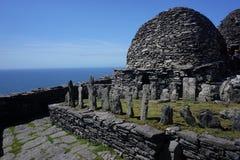 Monasterio en la isla de Skiiling Michael en Irlanda imagenes de archivo
