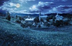 Monasterio en la ladera en la noche foto de archivo