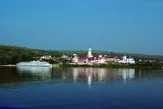 Monasterio en Volga Imagenes de archivo