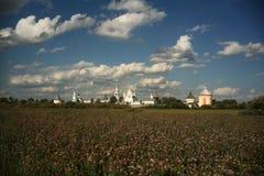 Monasterio entre campo soleado del verano Foto de archivo libre de regalías