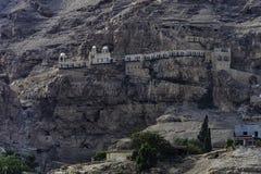 Monasterio griego de la tentación, cerca de la ciudad de Jericó Jordan Valley, palestino Cisjordania fotos de archivo