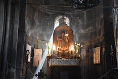 Monasterio interior y ligero de la cueva del eje de Geghard Imagen de archivo libre de regalías
