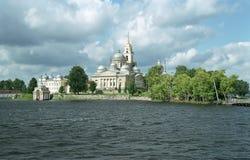 Monasterio Nilov. Visión desde el lago Imágenes de archivo libres de regalías