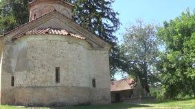 Monasterio ortodoxo del siglo XV en la montaña almacen de metraje de vídeo