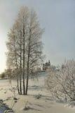 Monasterio ortodoxo detrás de abedules desnudos en nieve profunda Imagen de archivo libre de regalías