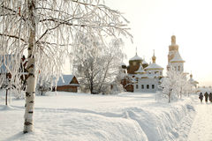 Monasterio ortodoxo detrás del abedul canoso desnudo en nieve profunda Imagen de archivo