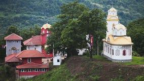 Monasterio ortodoxo en las colinas almacen de video