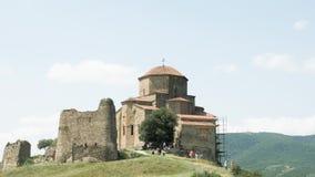 Monasterio ortodoxo georgiano Jvari cerca de Mtskheta en la montaña almacen de video