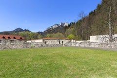 Monasterio, pared de cerco y opini?n rojos sobre tres coronas macizo, Eslovaquia fotografía de archivo