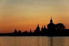 Monasterio ruso en la puesta del sol. Fotos de archivo