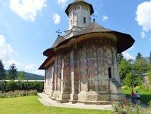 Monasterio tradicional con las paredes de la pintura de Bucovina en Rumania foto de archivo