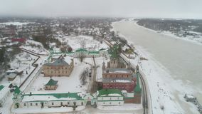 Monasterio viejo de Ladoga, vídeo aéreo del día en febrero Staraya Ladoga, Rusia almacen de video