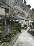 Monasterio y cementerio de St Peters en la ciudad de Salzburg, Austria imagenes de archivo