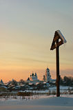 Monasterio y cruz en la puesta del sol. Fotografía de archivo libre de regalías
