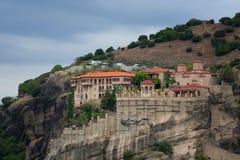 Monasterios de Meteora, Grecia Kalambaka Sitio del patrimonio mundial de la UNESCO Paisaje colorido del otoño Monasterio ortodoxo Foto de archivo libre de regalías