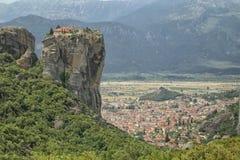 Monastero antico che torreggia la città di Kalambaka, Grecia Fotografia Stock