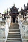 Monastero antico del tek di Shwenandaw Kyaung a Mandalay, Myanmar Fotografia Stock