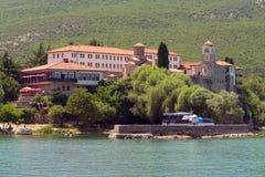 Monastero antico sulla banca del lago Immagini Stock