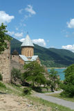 Monastero antico vicino al lago, Georgia Fotografie Stock