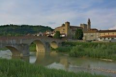 Monastero Bormida ed il suo ponte Fotografia Stock Libera da Diritti