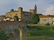 Monastero Bormida en zijn brug Royalty-vrije Stock Fotografie