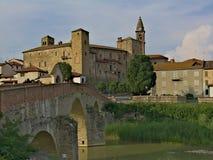 Monastero Bormida und seine Brücke lizenzfreie stockfotografie