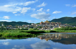 Monastero buddista tibetano di Songzanlin che riflette nel leke immagine stock