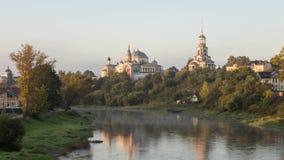 Monastero che riflette nel fiume in Toržok, Russia di Tvertsa video d archivio