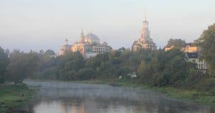 Monastero che riflette nel fiume in Toržok, Russia di Tvertsa archivi video