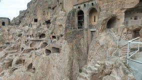 Monastero della caverna di Vardzia Complesso scolpito in roccia Città della caverna nelle montagne stock footage
