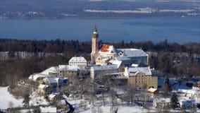 Monastero di Andechs nel paesaggio di inverno, Baviera, Germania archivi video