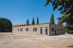 Monastero di Filerimos, Rhodes Island, Grecia europa Vista dall'ovest alla parete di muratura di pietra modesta immagini stock