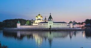 Monastero di Ipatiev che riflette in acqua al crepuscolo, Kostroma archivi video