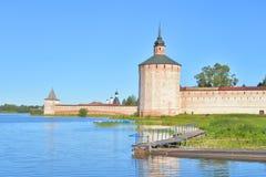 Monastero di Kirillo-Belozersky di giorno fotografie stock