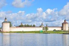 Monastero di Kirillo-Belozersky di giorno immagini stock libere da diritti