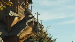 Monastero di legno antico in Ucraina Cupola con gli incroci e le sculture decorative di legno Colpo medio Cima di abete nella par video d archivio