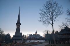 Monastero di legno nel Nord della Transilvania all'alba Fotografia Stock Libera da Diritti