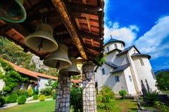 Monastero di Moraca, campane di chiesa e cortile Immagine Stock