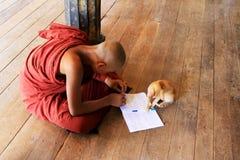 Monastero di Play With Cat In Shwe Yan Pyay del monaco, Nyaungshwe, Myanmar Immagini Stock