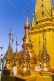 Monastero di Popa Taungkalat al supporto Popa, Myanmar immagini stock