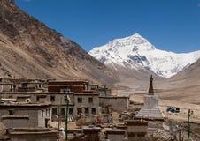 Monastero di Rongbuk situato davanti al fronte del nord di Everest immagine stock