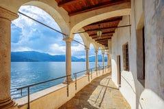 Monastero di Santa Caterina del Sasso sul lago Lago Maggiore, Italia fotografia stock