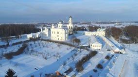 Monastero di St George, video aereo di giorno di Sunny January Veliky Novgorod, Russia archivi video