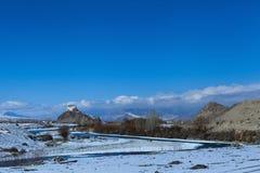 Monastero di Stakna con la curvatura del fiume in priorità alta fotografia stock libera da diritti