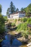 Monastero di Troyan sulla banca del fiume Cherni Osam Bulgaria Immagine Stock