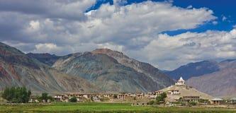 Monastero e villaggio in Zanskar Fotografia Stock